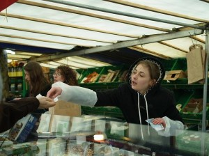 ナッツとドライフルーツの専門店は、お店の人が皆美人!!!!思わず買っちゃいそう・・・・おっとっと